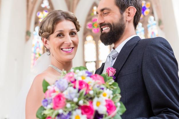 Bridal para w kościół z kwiatu bukietem