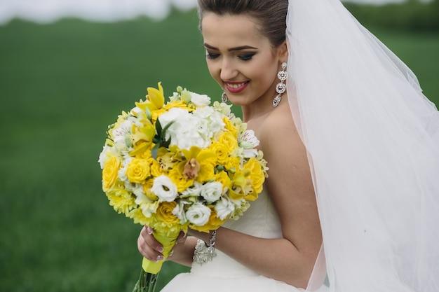 Bride gospodarstwie jej piękny bukiet outodoors