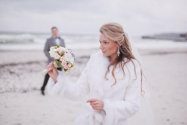Bride patrząc na jej bukiet