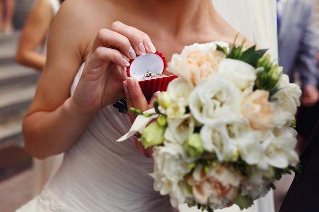 Bride posiada czerwone pole z obrączki w ramionach
