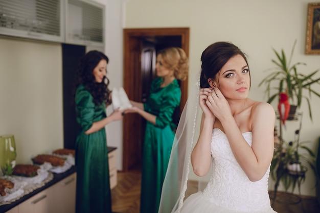 Bride wprowadzaniu kolczyki