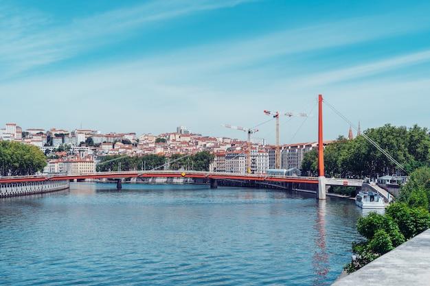 Bridge gateway courthouse palais de justice i jego pojedynczy pylon i kable z niebieskim niebem w słoneczny dzień w lyonie