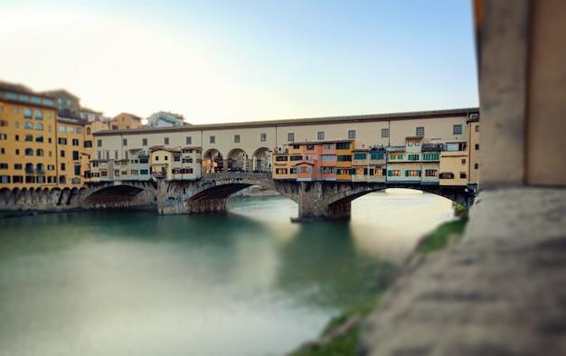 Bridżowy ponte vecchio przy zmierzchem, florencja. efekt miniatury.