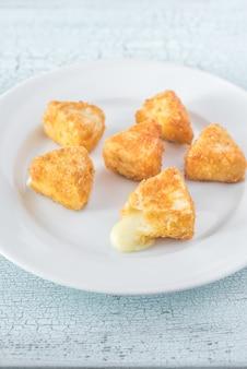 Brie naleśniki na białym talerzu