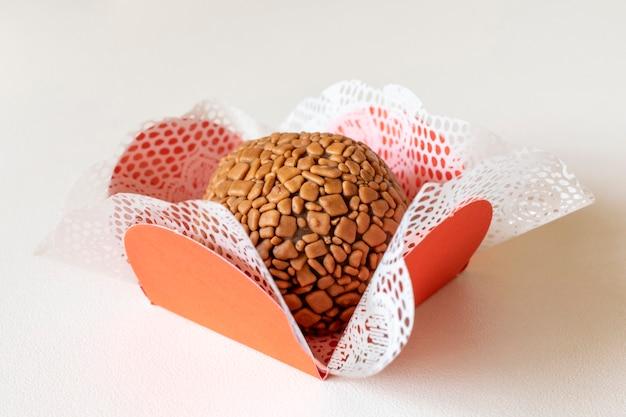 Brigadeiro. ręcznie robione czekoladowe bonbon na białym tle.