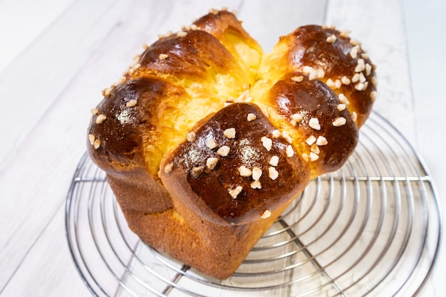 Brioche z masłem i złocistym i chrupiącym cukrem zaraz po wyjęciu z piekarnika