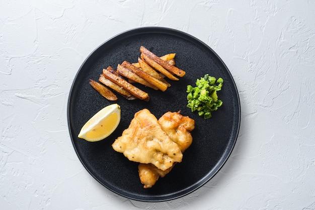 British traditional fish and chips z puree z groszku, frytkami ziemniaczanymi