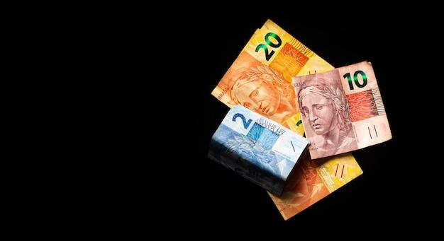 Brl prawdziwe banknoty z brazylii na ciemnej powierzchni