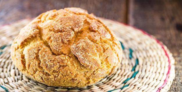 Broa to rodzaj chleba kukurydzianego i pszennego tradycyjnie wytwarzanego w portugalii