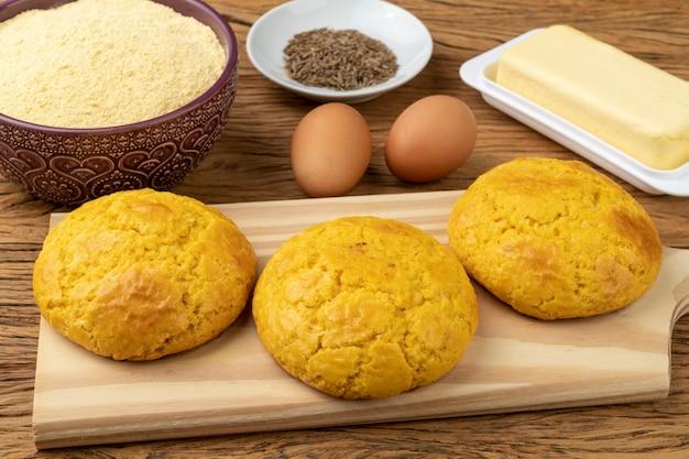 Broa, typowy brazylijski chleb z mąki kukurydzianej z dodatkami. masło, jajka, zioła i fuba, mąka kukurydziana.