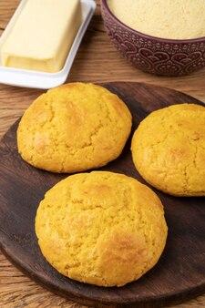 Broa, typowy brazylijski chleb z mąki kukurydzianej z dodatkami. masło, zioła i fuba, mąka kukurydziana.