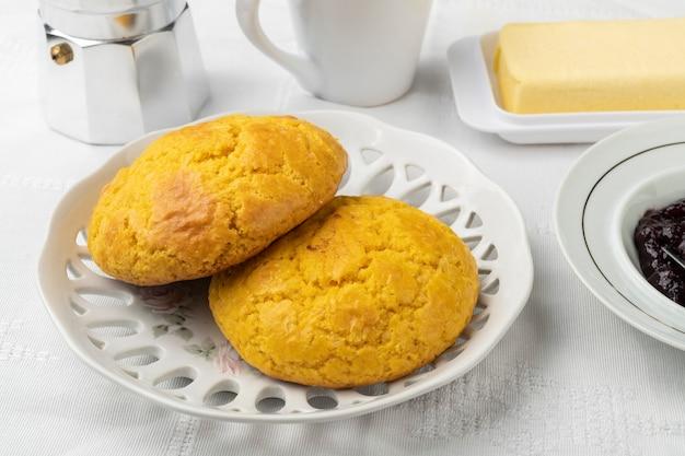 Broa, typowy brazylijski chleb z mąki kukurydzianej z kawą, dżemem i masłem.