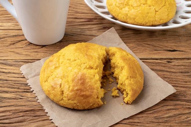 Broa, typowy brazylijski chleb z mąki kukurydzianej z kawą.