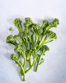 Broccolini świeże organiczne brokuły różyczki zielone warzywa małe brokuły, wegańskie surowe zdrowe pożywienie.