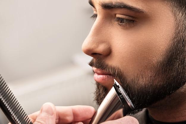 Broda do golenia za pomocą maszynki do strzyżenia włosów