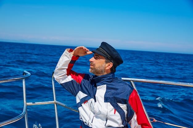 Broda marynarz czapka człowiek żeglarstwo morze ocean w łodzi