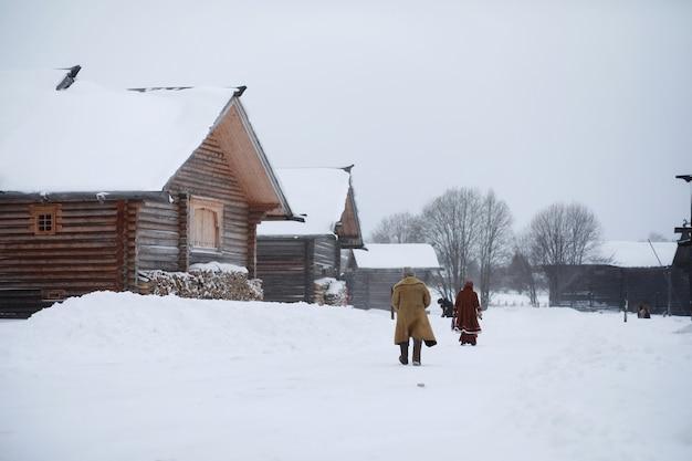 Broda mężczyzna w tradycyjnym zimowym stroju chłopskiego średniowiecza w rosji