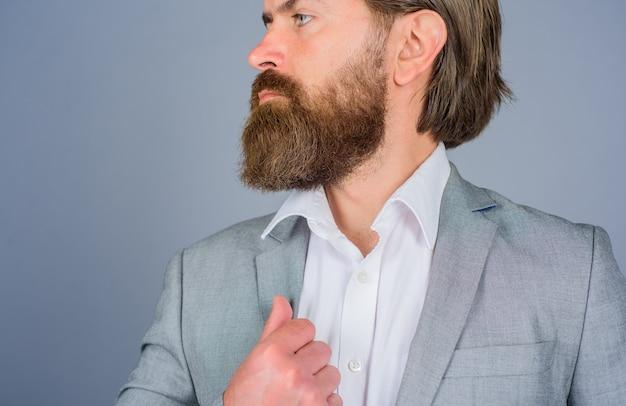 Broda z bliska. fryzjer. profesjonalna pielęgnacja brody. fryzjer. pielęgnacja brody. salon dla mężczyzn. bliska portret brodaty mężczyzna. przystojny brodaty mężczyzna.