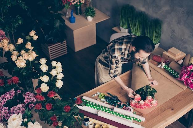 Brodata kwiaciarnia pracująca w swojej kwiaciarni