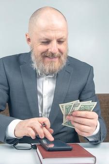 Brodaty biznesmen oferuje zapłatę za pracę pieniędzmi. pojęcie wartości czasu na opłacenie biznesu