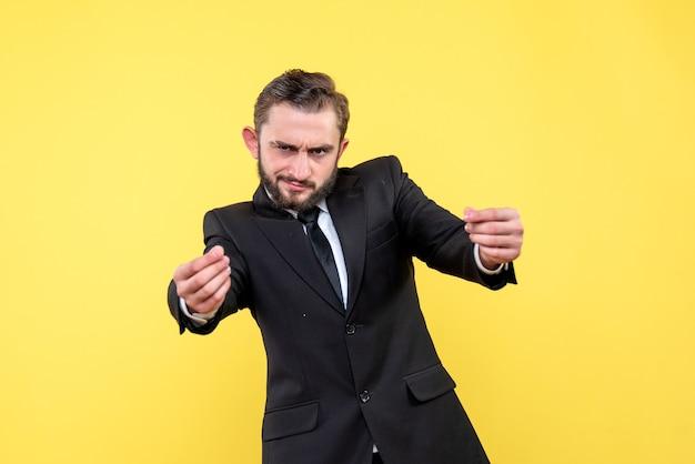 Brodaty biznesmen pokazuje pieniądze gest