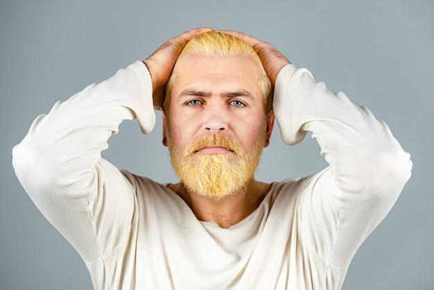 Brodaty blondyn z długą brodą i wąsami. portret brodaty mężczyzna o kolorze włosów. farbowanie włosów.