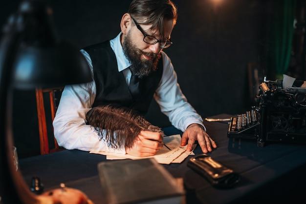 Brodaty dziennikarz w okularach pisze piórem