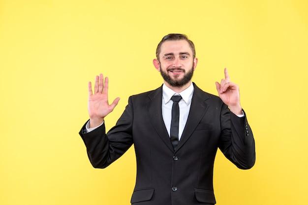 Brodaty facet podnoszący palec i pokazujący jeden numer