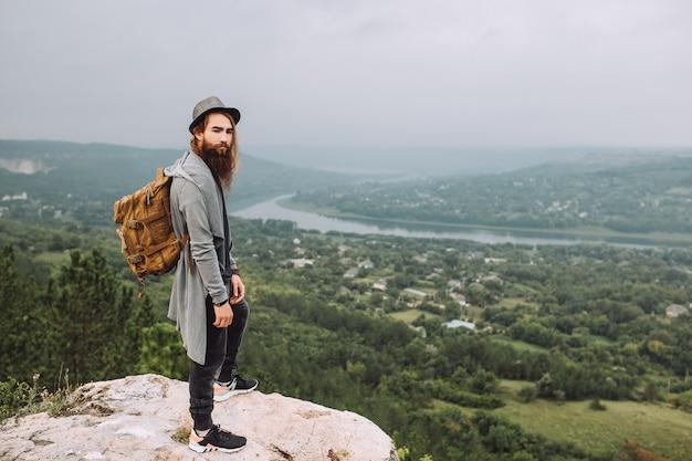 Brodaty facet podziwiający piękny krajobraz.