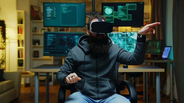Brodaty haker w okularach wirtualnej rzeczywistości. przestępca internetowy.
