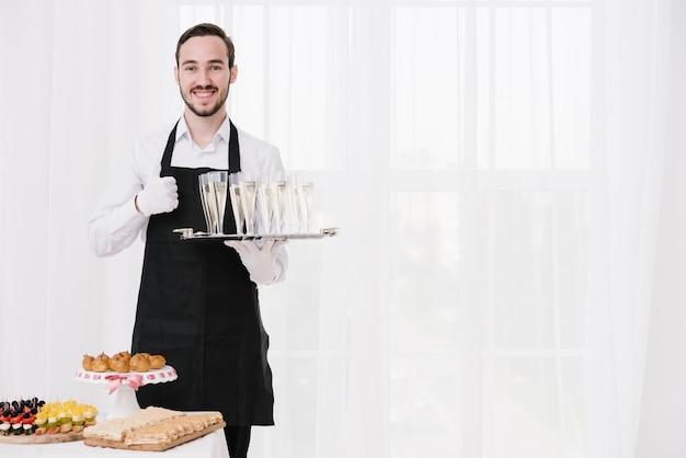 Brodaty kelner wykazujący zatwierdzenie