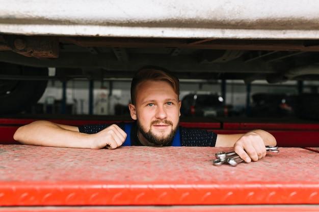 Brodaty mechanik w garażu