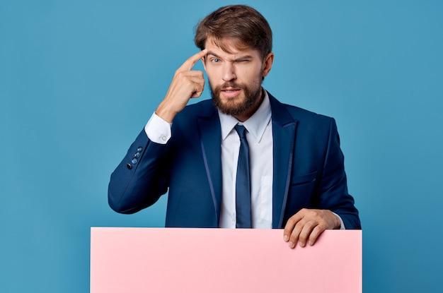 Brodaty mężczyzna billboard reklama copyspace na białym tle