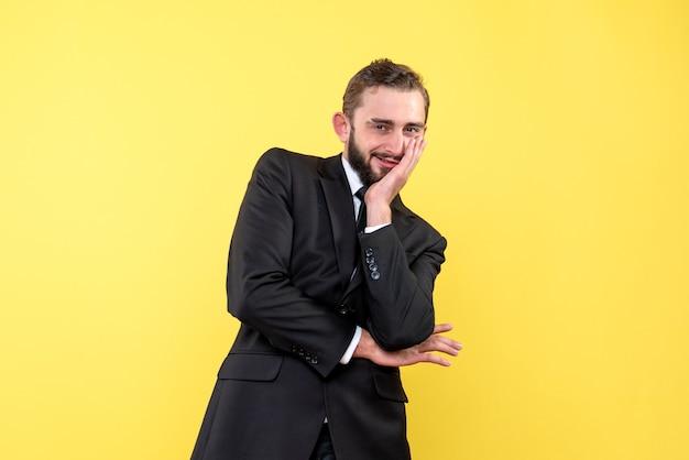 Brodaty mężczyzna cieszący się ostatnimi plotkami na żółto