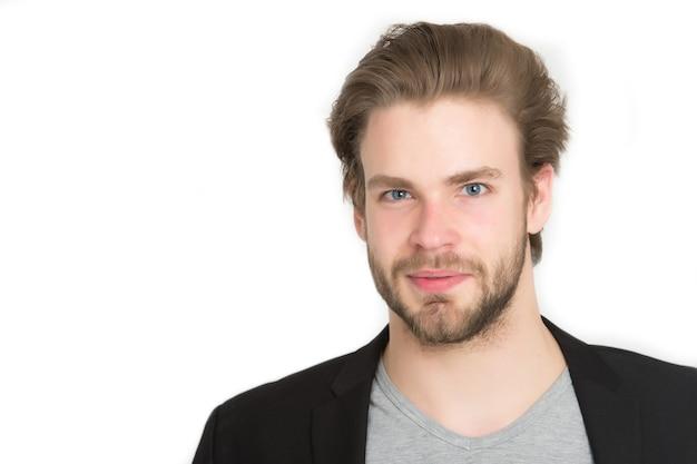 Brodaty mężczyzna, długa broda, brutalny kaukaski, nieogolony uśmiechnięty facet ze stylowymi włosami w czarnej kurtce na białym tle