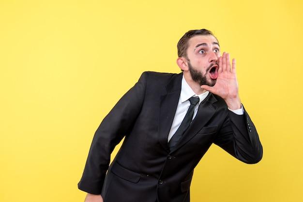 Brodaty mężczyzna dzwoni do kogoś na żółto