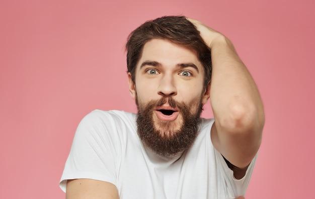 Brodaty mężczyzna emocje biała koszulka gesty
