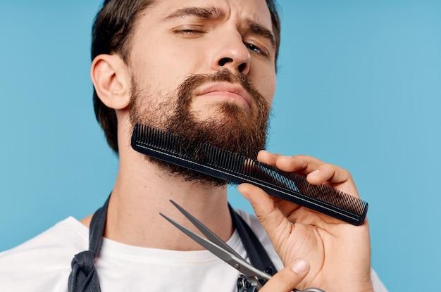 Brodaty mężczyzna fryzjer fryzura moda praca