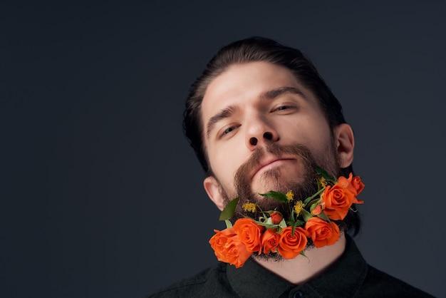 Brodaty mężczyzna fryzura moda kwiaty emocje zbliżenie