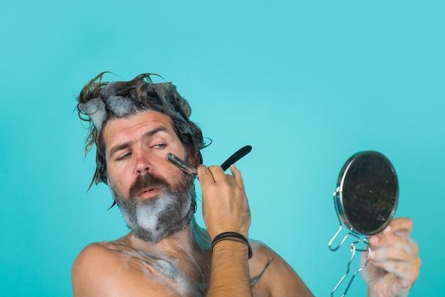 Brodaty mężczyzna golenie pod prysznicem mycie brodaty mężczyzna golenie brody pielęgnacja brody spa weź prysznic mężczyzna z