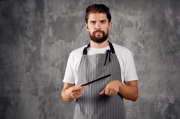 Brodaty mężczyzna grzebień nożycowy profesjonalny