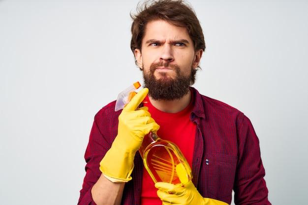 Brodaty mężczyzna gumowe rękawice z detergentem