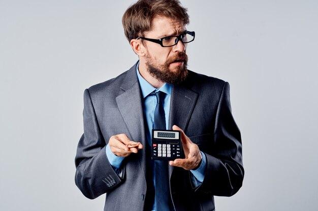 Brodaty mężczyzna kalkulator bitcoin w ręku liczenie finansów na białym tle