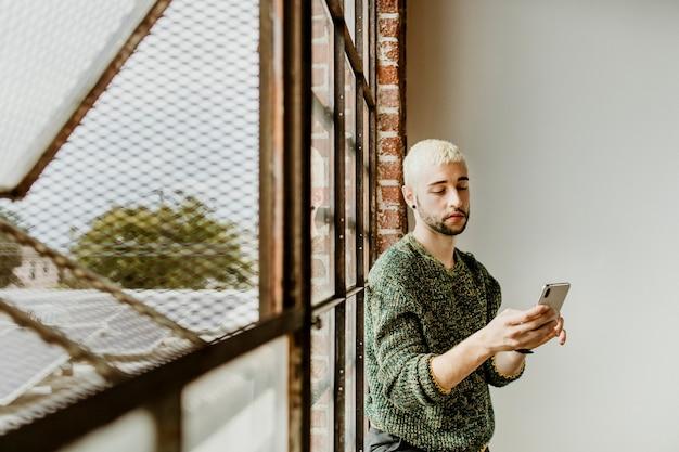 Brodaty mężczyzna korzystający ze smartfona