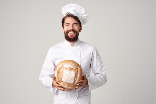 Brodaty mężczyzna kucharz kuchnia praca produkty piekarnicze przemysł kulinarny. zdjęcie wysokiej jakości
