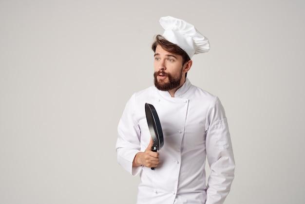 Brodaty mężczyzna kucharz restauracja świadczenie usług jasnym tle. zdjęcie wysokiej jakości