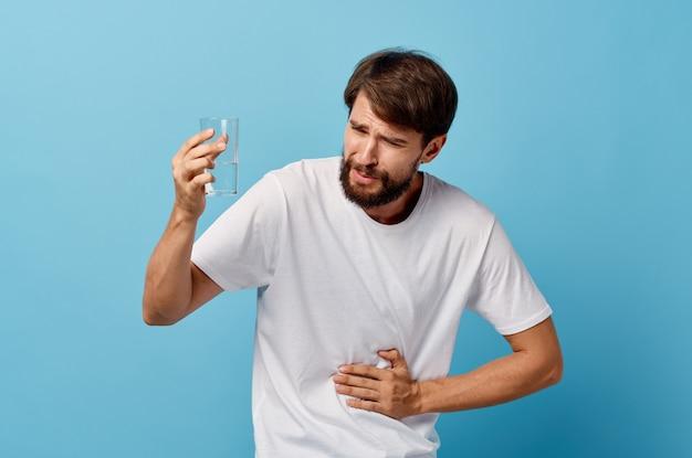Brodaty mężczyzna na białym tle wody pitnej