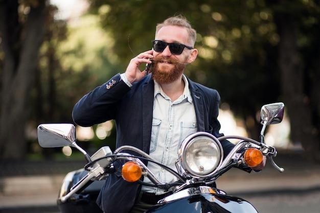Brodaty mężczyzna na skuterze