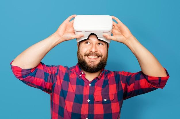 Brodaty mężczyzna noszący cyfrowe urządzenie z zestawem słuchawkowym vr