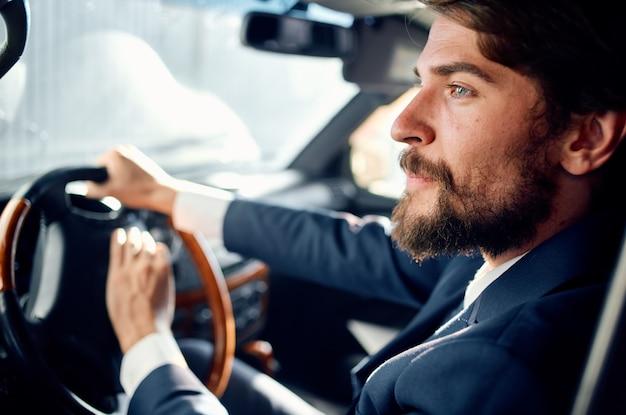 Brodaty mężczyzna oficjalny kierowca pasażera drogi bogaty